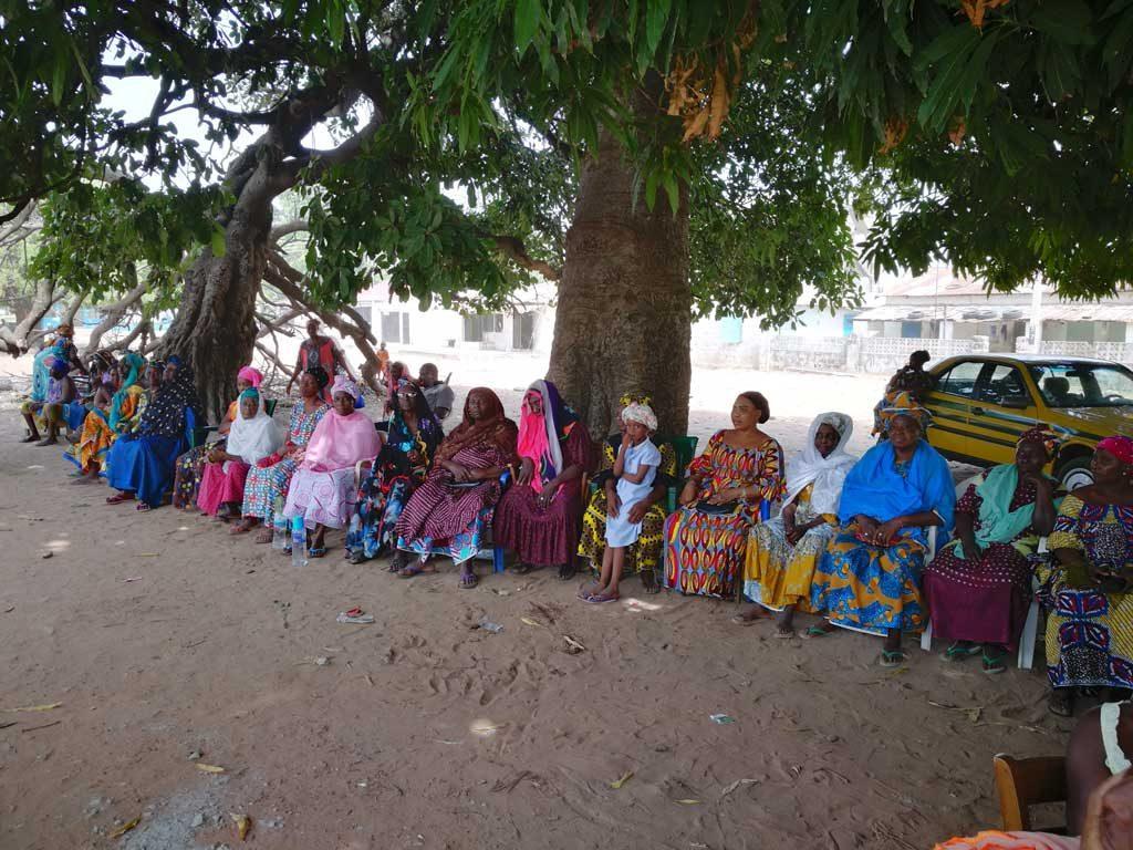 Patientenschlange in Gambia