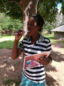 Zähneputzen mit Anleitung in Malawi
